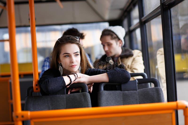 人们在公共汽车上 她想知道运输 库存图片