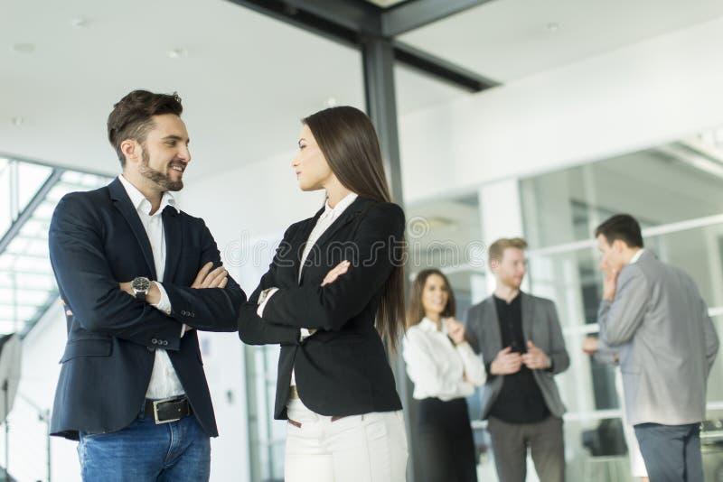 Download 人们在办公室 库存图片. 图片 包括有 人们, 专业人员, 女实业家, 配合, 商业, 克服, 合伙企业 - 72357507