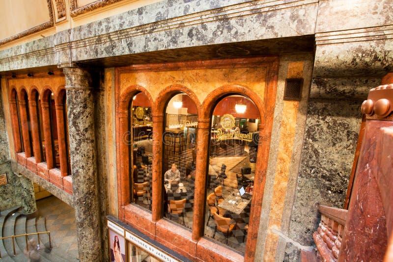 人们在历史宫殿里面的咖啡馆坐 库存照片