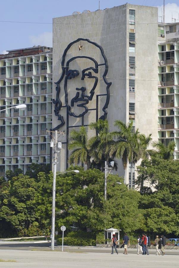 人们在哈瓦那,古巴通过偶象内政部防御建设 库存图片