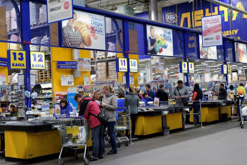 人们在大型超级市场 库存照片