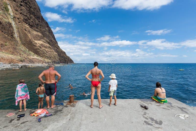 人们在大西洋沿海马德拉岛游泳,葡萄牙 免版税库存照片