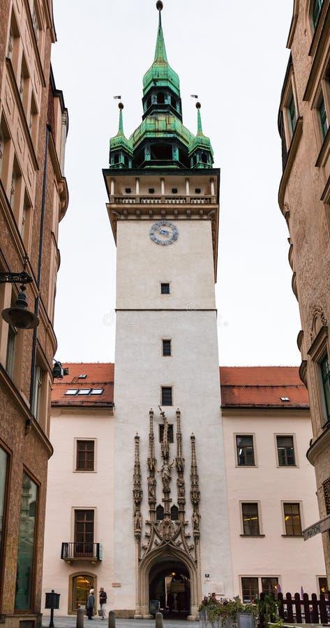人们在布尔诺镇临近老城镇厅塔 免版税库存图片