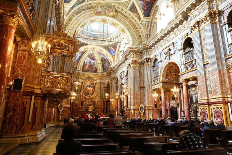 人们在教会,都灵,意大利里 库存图片