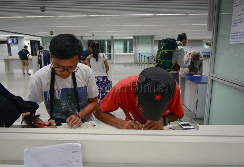 人们在机场填装形式纸在加尔各答,印度 免版税库存图片