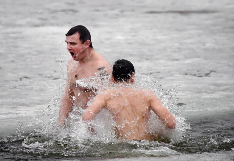 人们在河沐浴在冬天。基督徒宗教节日突然显现 图库摄影