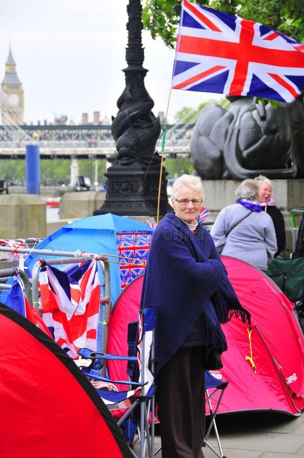 人们在沿着泰晤士河的一个帐篷睡觉 库存图片