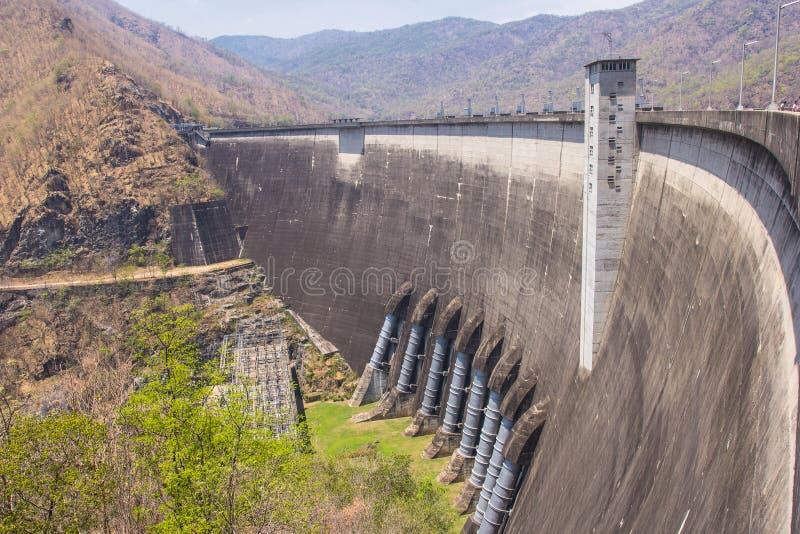 人们在泰国去旅行在发电站在水坝 免版税库存图片