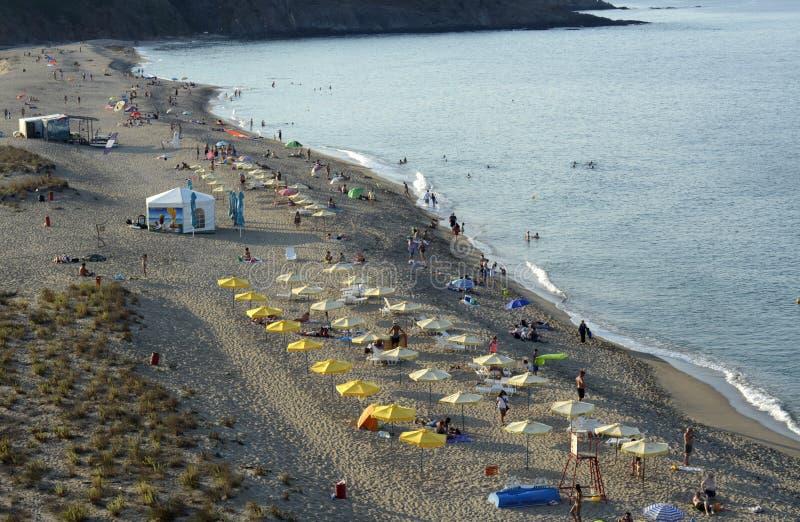 人们在海滩放松黑海在Sinemorets,威严30的保加利亚, 2015年 库存图片