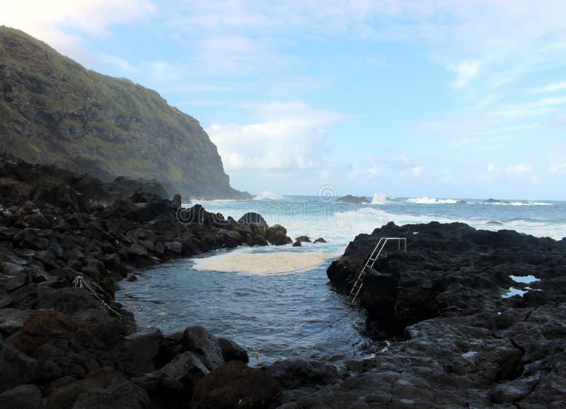 人们在热的大西洋沐浴世界的专属地方 圣米格尔火山海岛  免版税库存照片