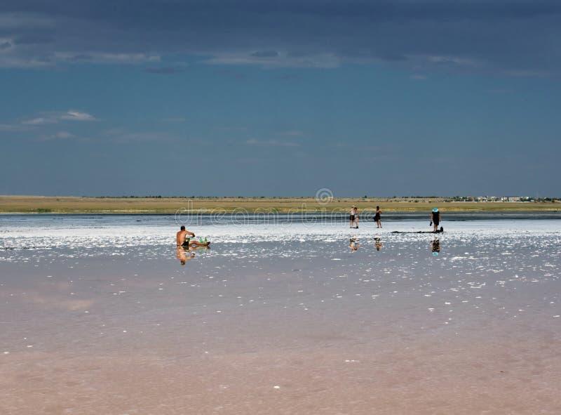 人们在盐湖埃尔顿在伏尔加格勒地区放松 库存图片