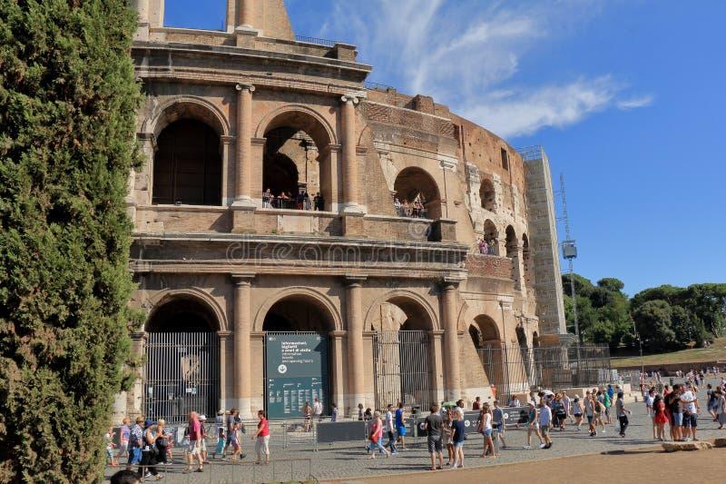 人们在罗马斗兽场附近走在罗马,意大利 免版税库存照片