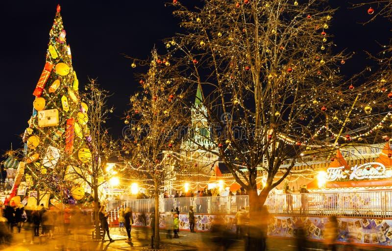 人们在莫斯科临近圣诞节市场的滑冰场 免版税库存图片