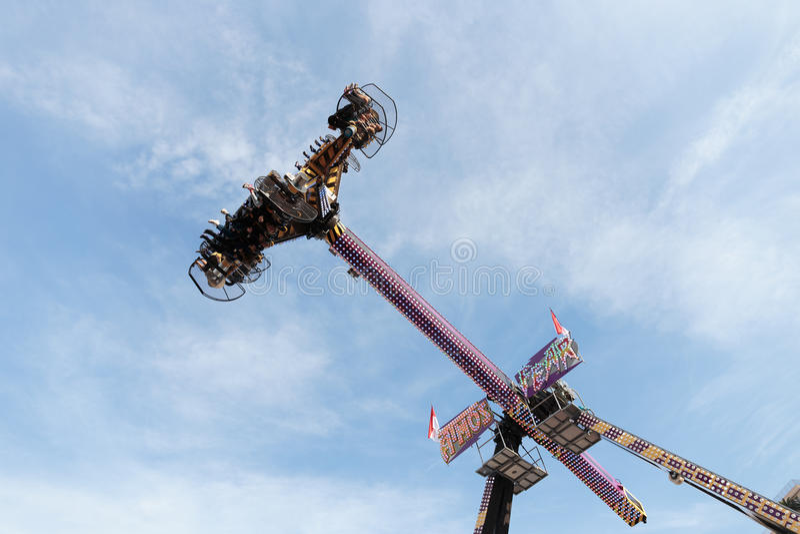 Download 人们在蓝天等垂直的乘驾和zer 图库摄影片. 图片 包括有 乘驾, 节日, 飞行, monte, 户外, 行动 - 59100222