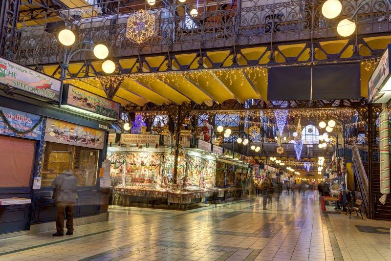 人们在行动购物在巨大市场霍尔上blured在布达佩斯 免版税库存图片