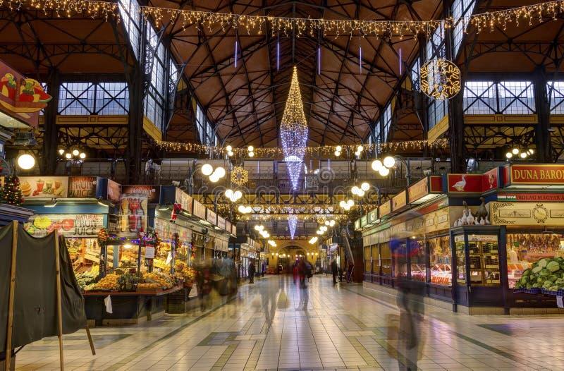 人们在行动购物在巨大市场霍尔上blured在布达佩斯 免版税图库摄影