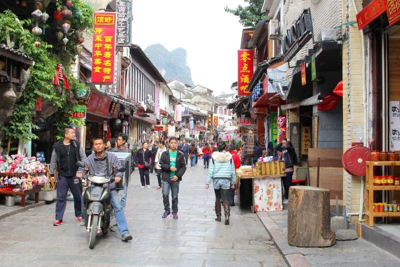 人们在西部街道,阳朔,中国购物 免版税图库摄影