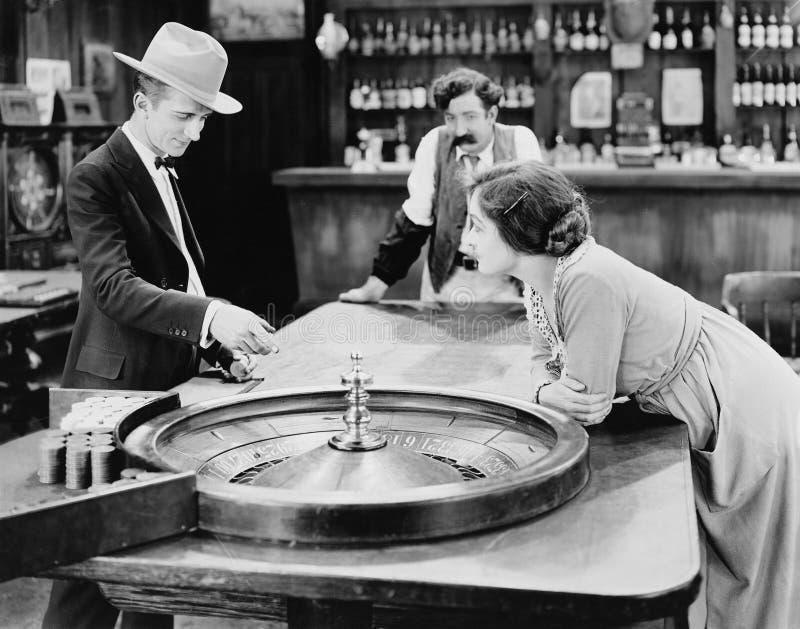 人们在酒吧的轮盘赌桌上(所有人被描述不更长生存,并且庄园不存在 供应商保单那里 库存图片