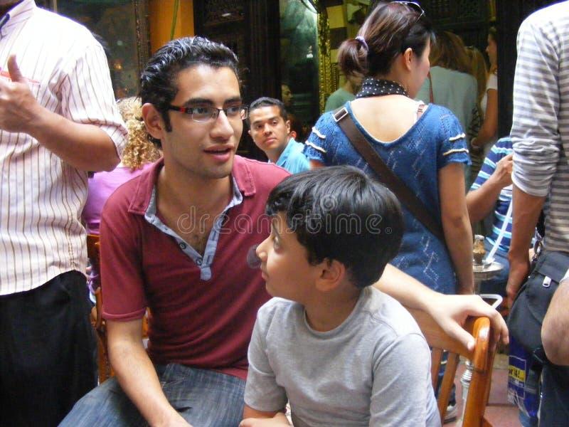 人们在阿拉伯咖啡馆el fishawi在可汗el khalili 库存照片
