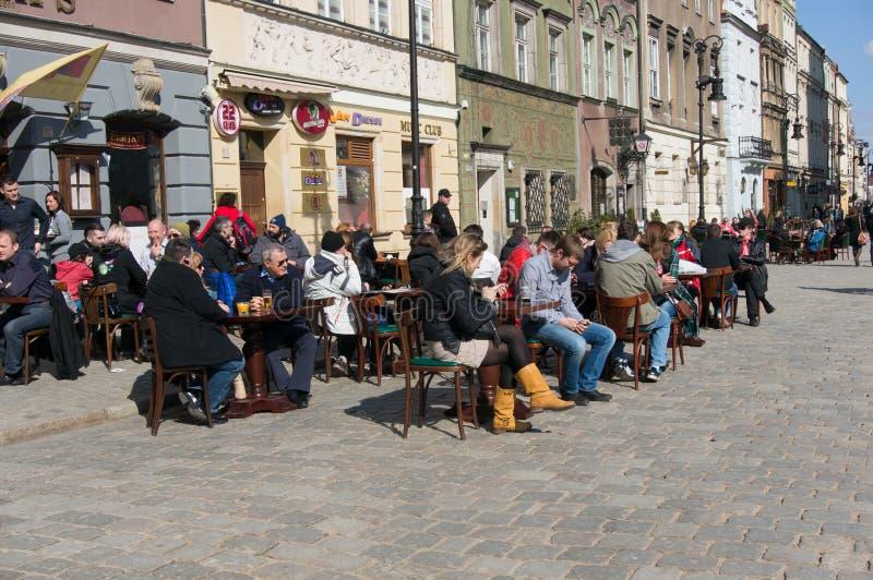 坐的人们外面 免版税库存照片