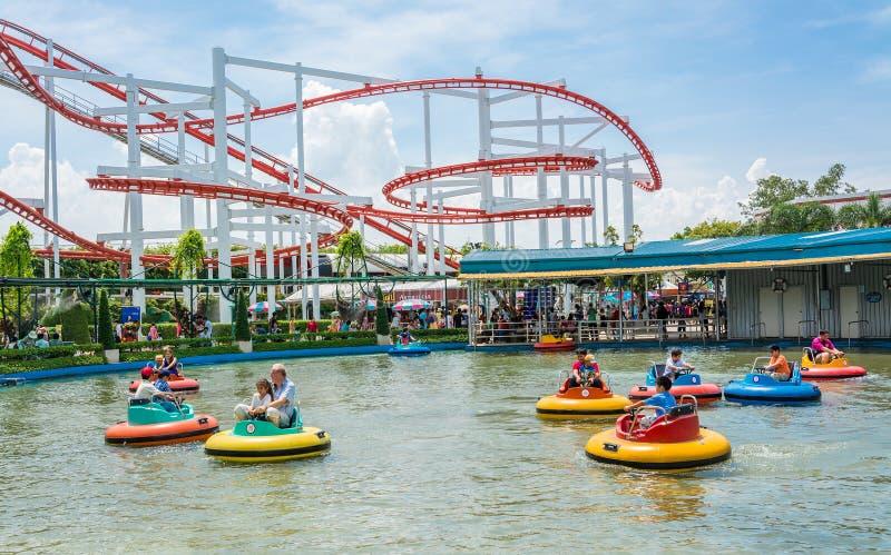 人们在amusment公园演奏lifebuoy形状小船 库存图片