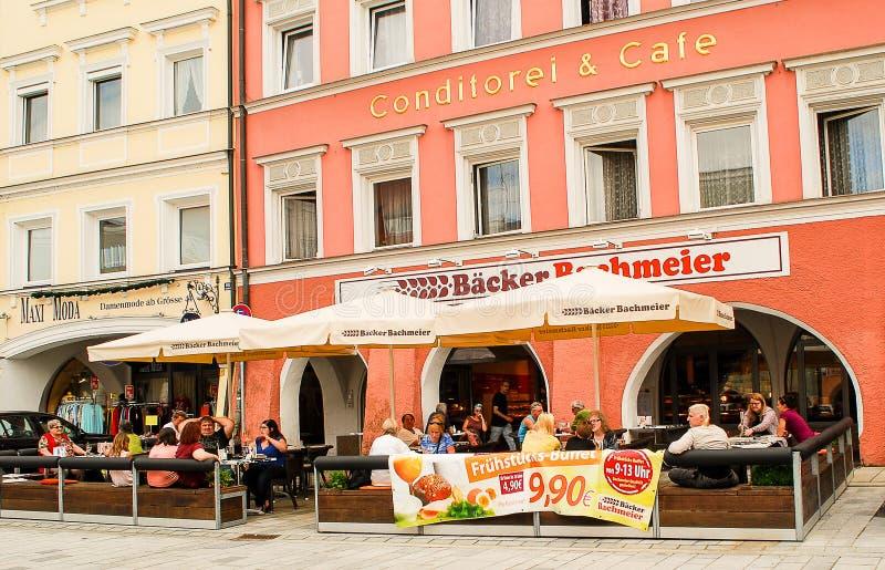 人们在café之外坐一个晴朗的下午 库存图片