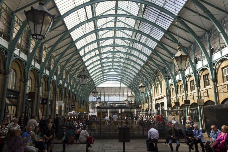 人们在Covent销售被盖的屋顶在伦敦 免版税库存图片