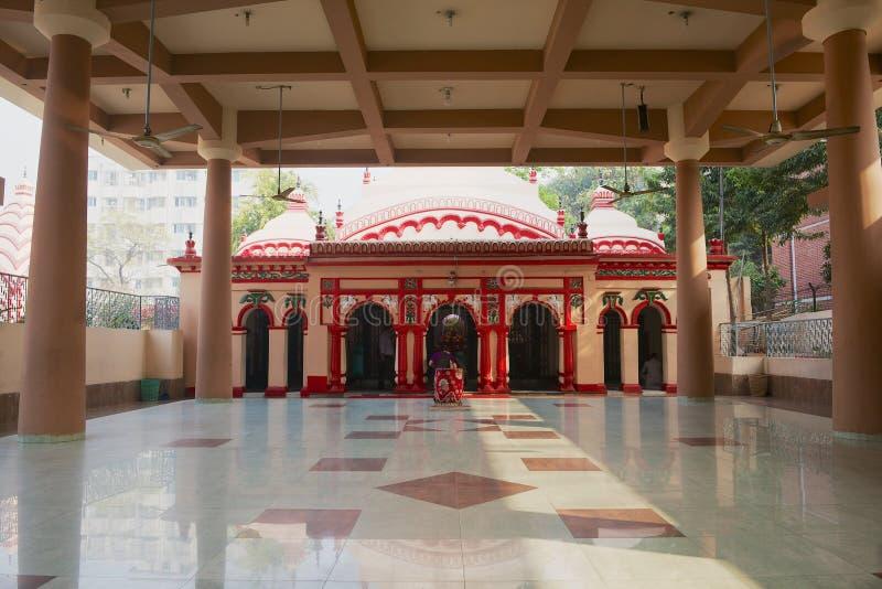 人们在Dhakeshwari印度寺庙祈祷在达卡,孟加拉国 免版税图库摄影