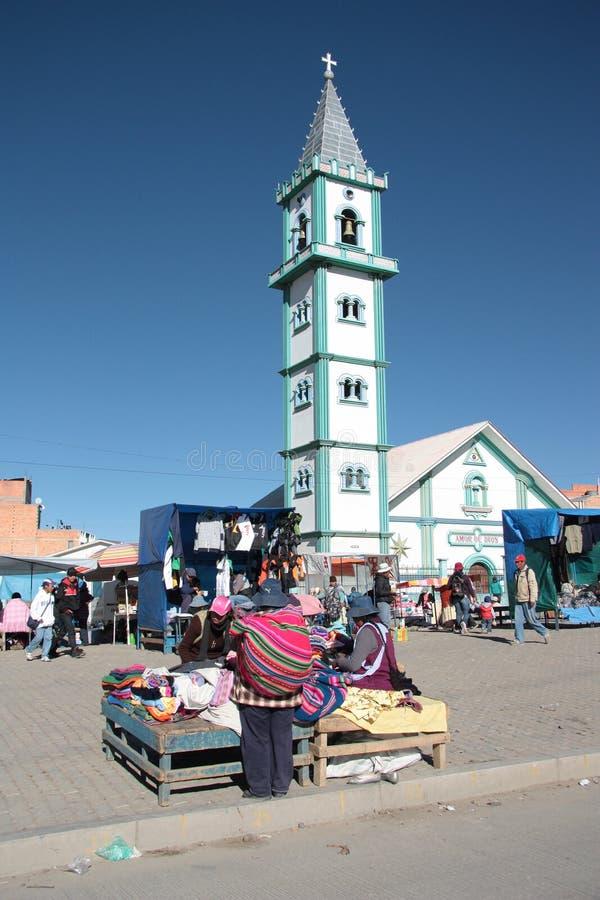 人们在El女低音,拉巴斯,玻利维亚的星期天市场上 免版税库存图片