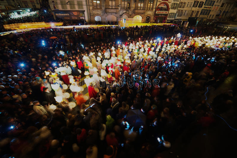 人们在Morgestraich -狂欢节开头参与在巴塞尔,瑞士 长期风险 库存图片