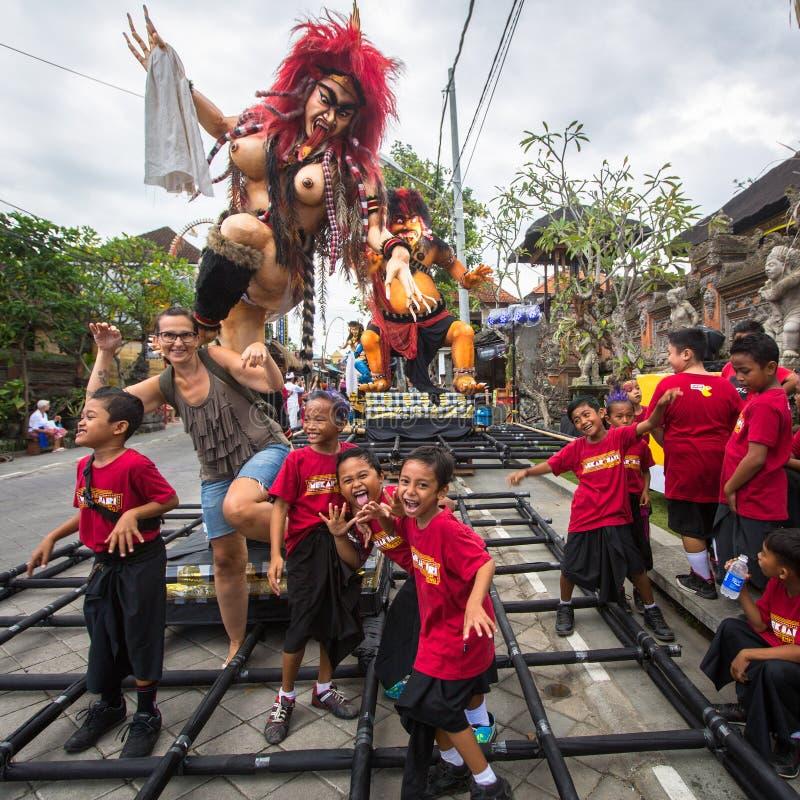 人们在Nyepi前的庆祝-沈默巴厘语天时  库存图片
