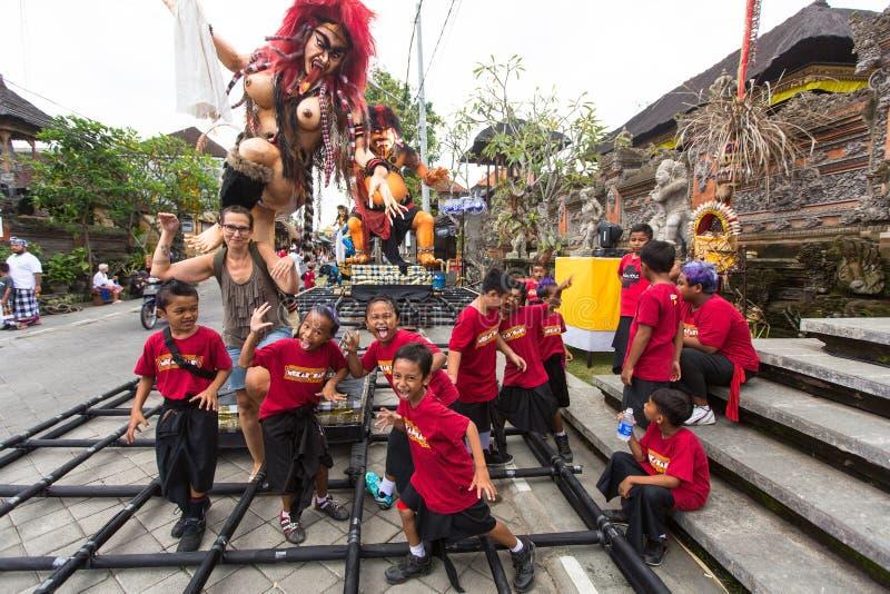人们在Nyepi前的庆祝-沈默巴厘语天时  免版税库存照片