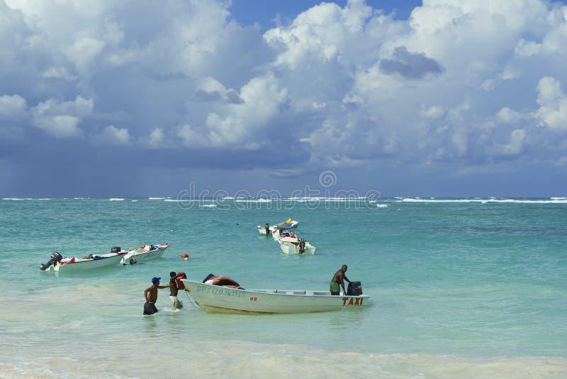 人们在Punto Cana,多米尼加共和国装载出租汽车小船 库存图片