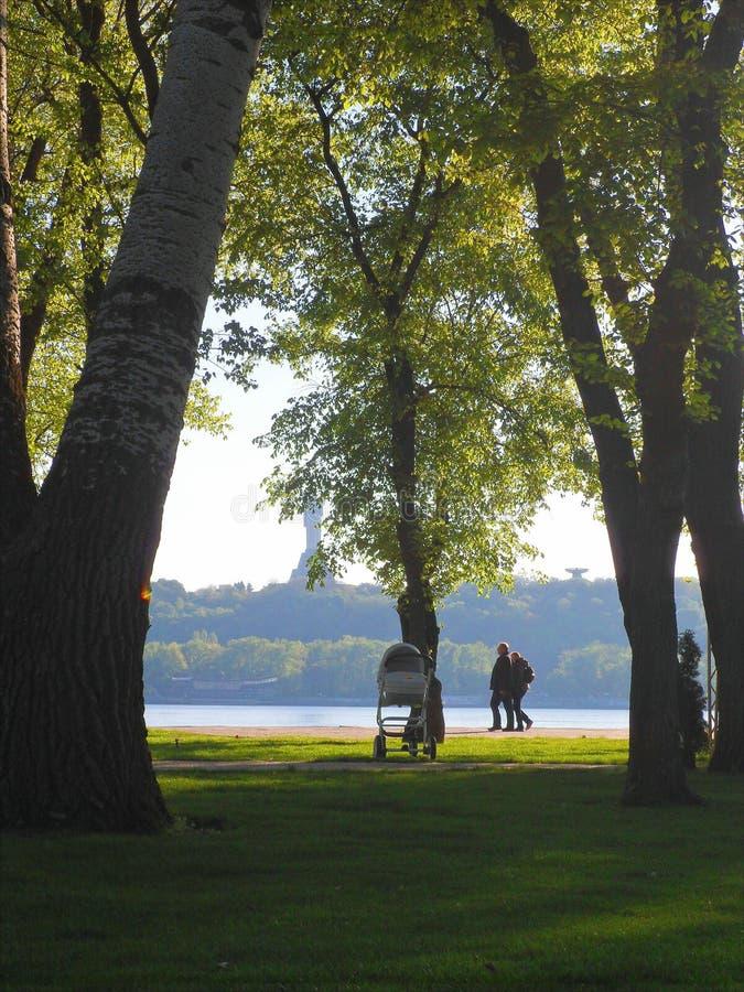 人们基于自然在公园,基辅,夏天2017年 免版税库存照片