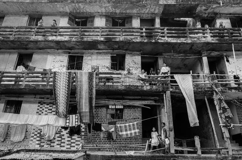 人们居住在一个老大厦的,孟加拉国  库存图片