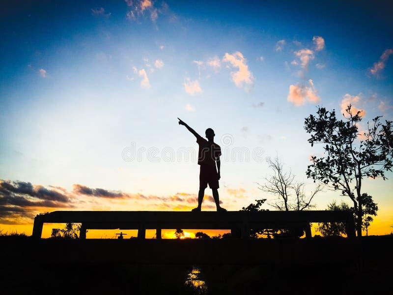 人阴影太阳晴朗的天空natrue 库存照片