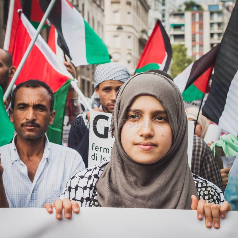 人们抗议反对加沙地带轰炸在米兰,意大利 免版税库存图片