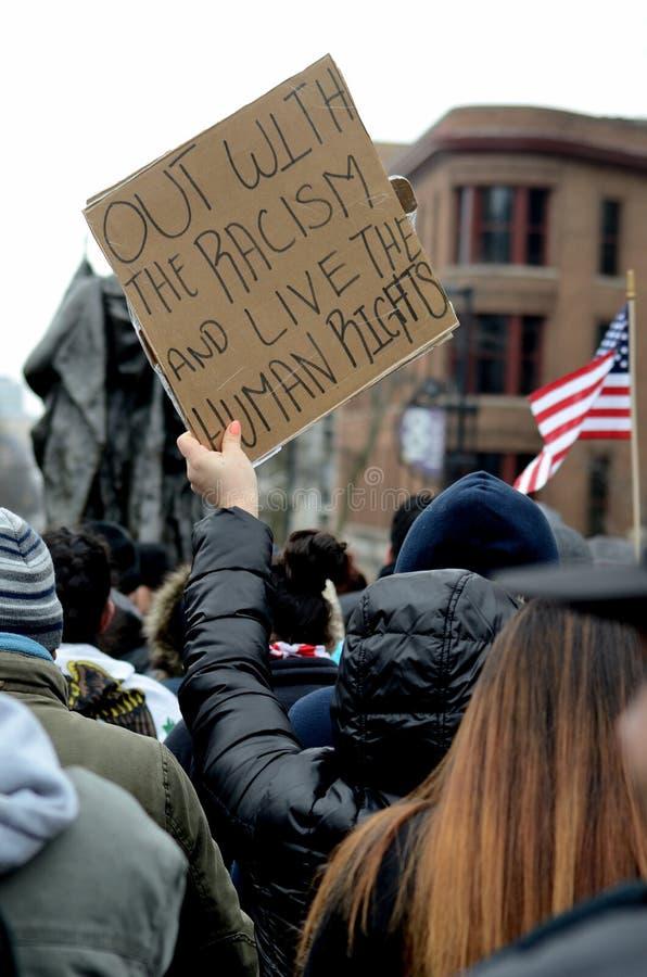 人们抗议反对种族主义 免版税库存图片