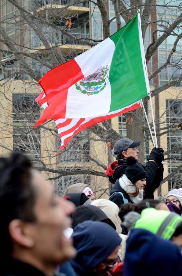 人们抗议反对移民法律 免版税库存照片