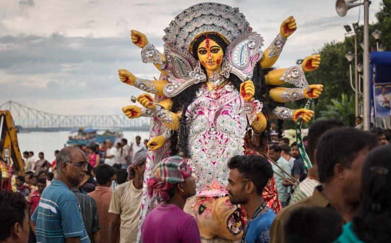 人们挤满在Babughat,加尔各答目击杜尔加Puja浸没 免版税库存照片