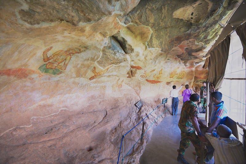 人们探索古老绘画在锡吉里耶岩石在锡吉里耶,斯里兰卡 库存照片