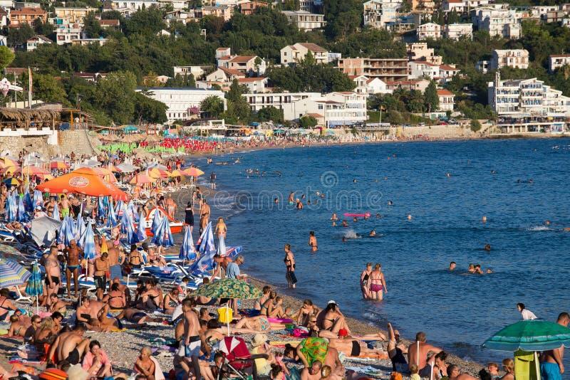 人们是松弛在海滩在Sutomore,黑山 免版税库存图片