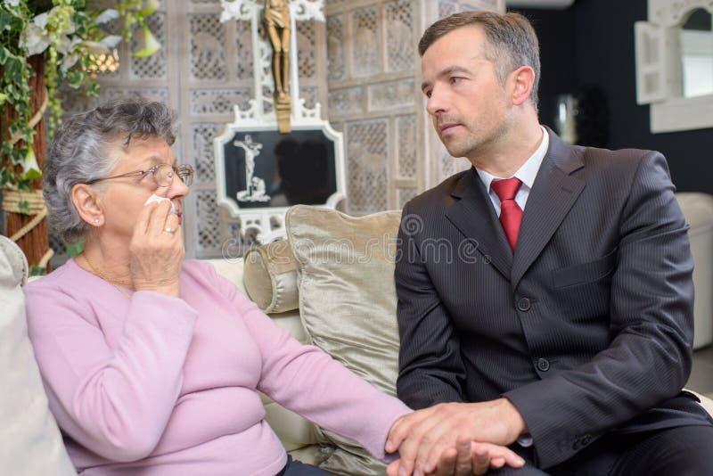 人们有交谈在葬礼服务处 免版税库存照片