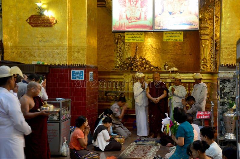 人们来旅行,并且祈祷仪式开始 库存图片