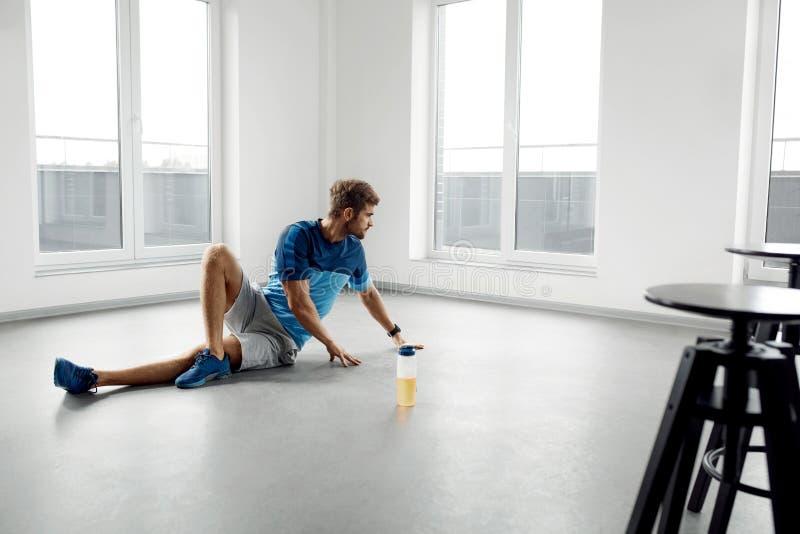 人锻炼锻炼 行使健身男性的模型户内 库存照片