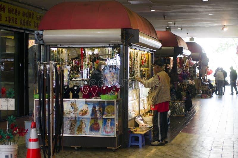 Download 人购物在唐人街 图库摄影片. 图片 包括有 广场, 唐人街, 购物, 出售, 报亭, 事务处理, 采购, 赃物的 - 30329517