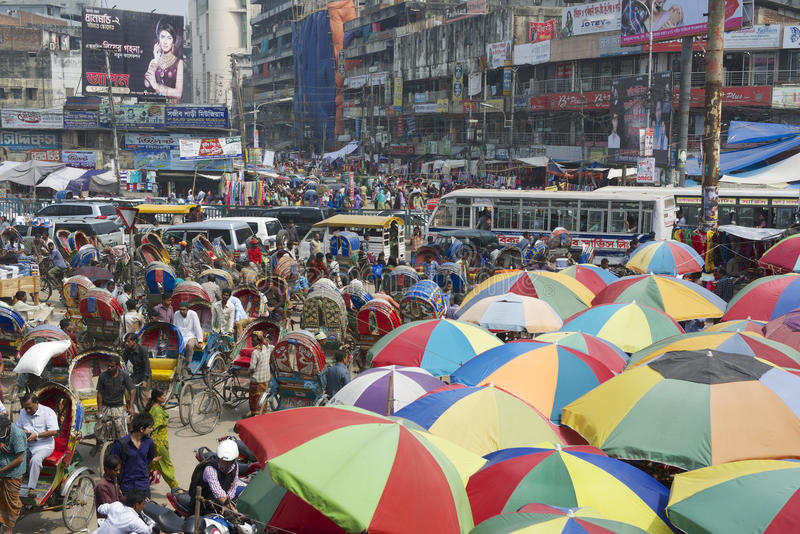 人们去购物在老市场上在达卡,孟加拉国 免版税库存图片