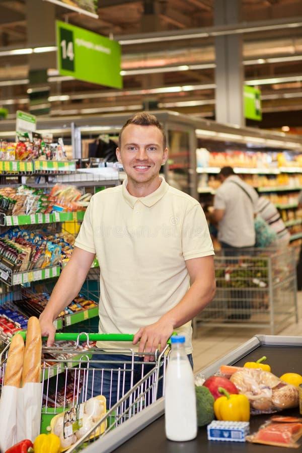 人购物在超级市场 免版税库存图片