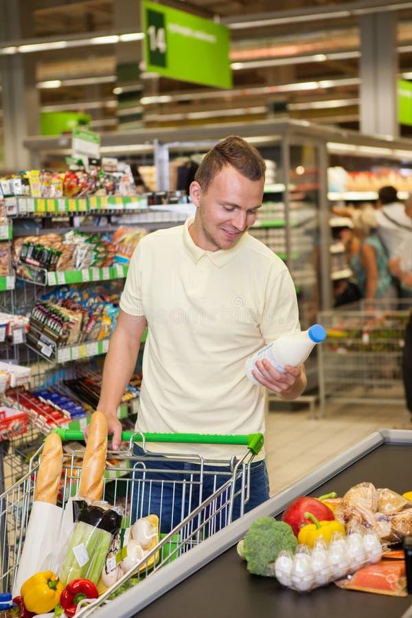 人购物在超级市场 免版税库存照片