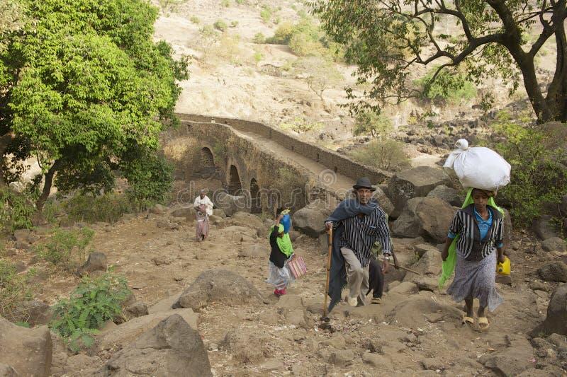 人们由乡下道路走在巴赫达尔,埃塞俄比亚 免版税库存照片